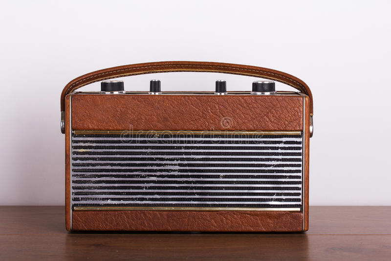 Rádio retro velho do estilo em uma superfície de madeira fotos de stock