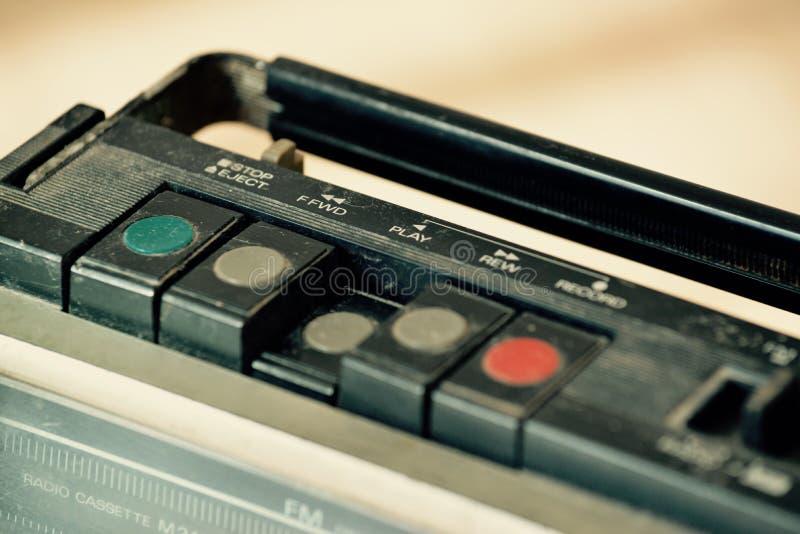 Rádio velho empoeirado com um leitor de cassetes imagem de stock