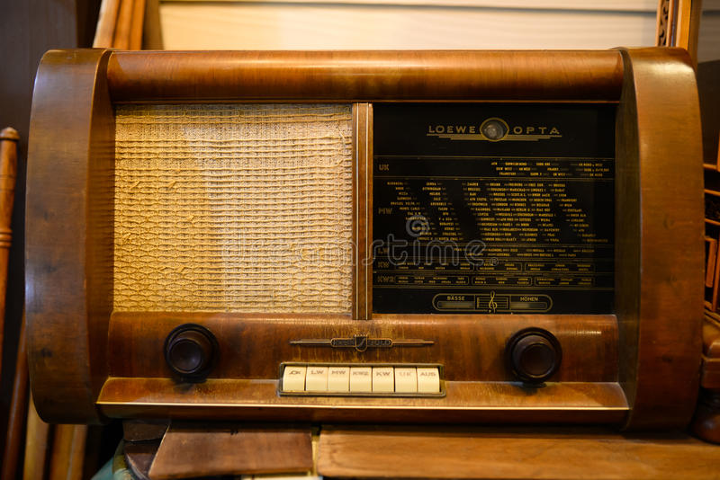 Rádio velho tomado no mercado de KlongLaung foto de stock royalty free