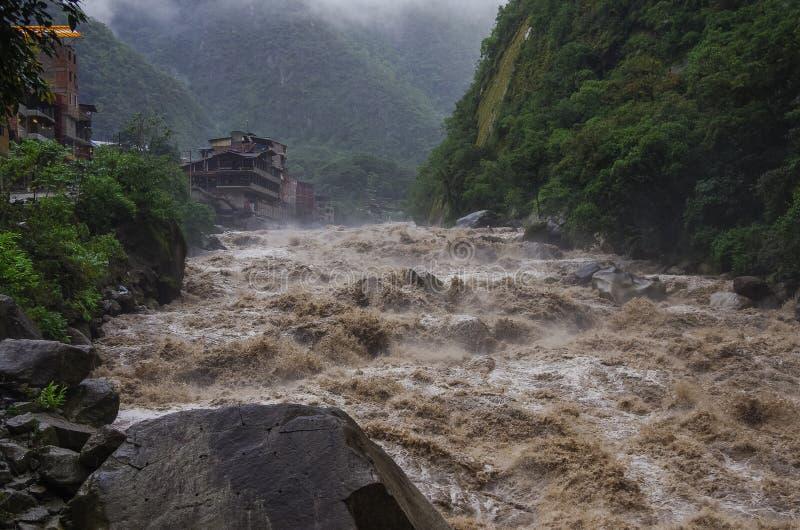 Rápidos del río de Urubamba cerca del pueblo de Calientes de los Aguas después del trop fotos de archivo