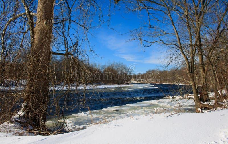 Rápidos helados en el río de Farmington en invierno imagen de archivo