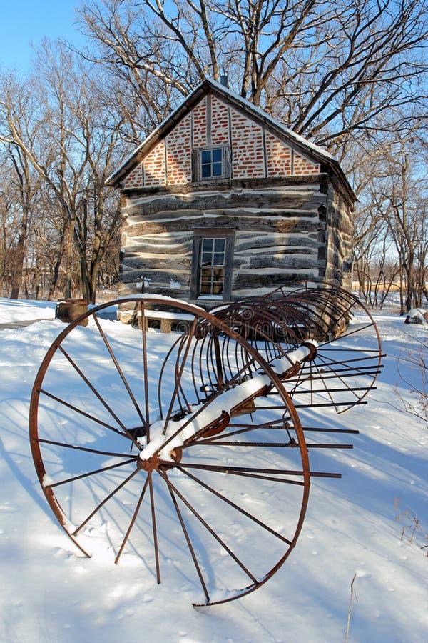 Râteau et cabine antiques dans la neige photographie stock libre de droits