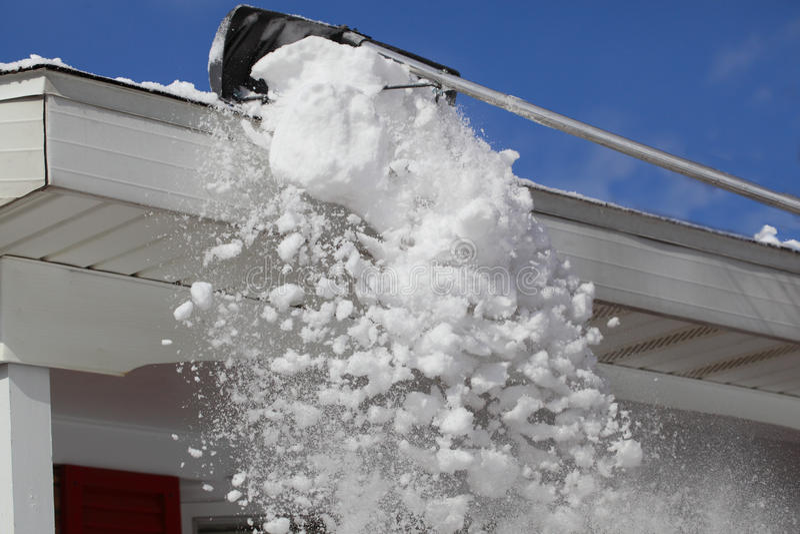 Râtelage de la neige images stock