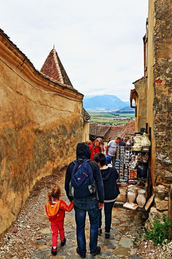 Râşnov för turist- dragning för by för kullerstengata medeltida citadell Transylvania Rumänien royaltyfria bilder