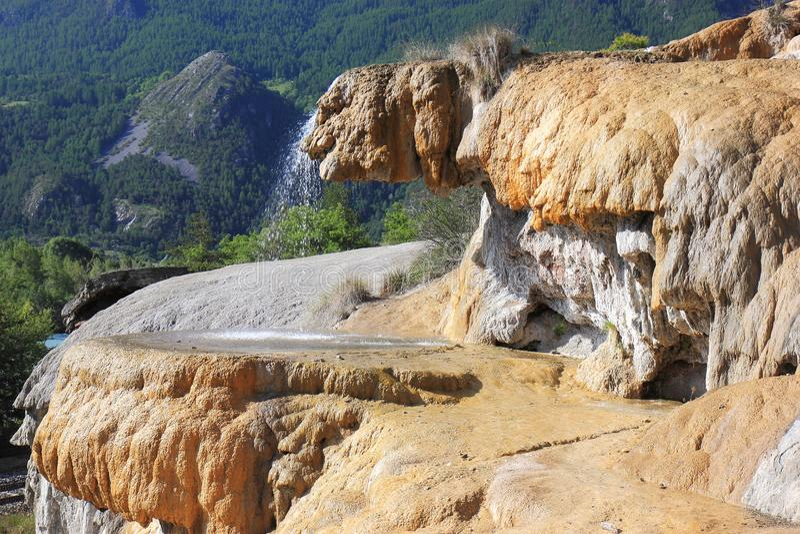 Réotier ha petrificato la fontana, Hautes-Alpes, Francia immagini stock