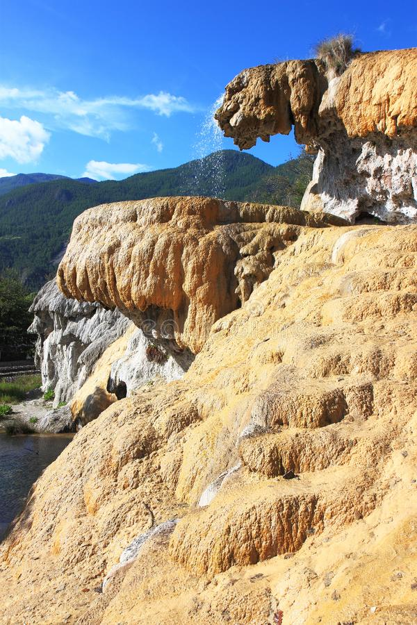 Réotier versteinerte Brunnen im französischen Hautes-Alpes stockfotografie