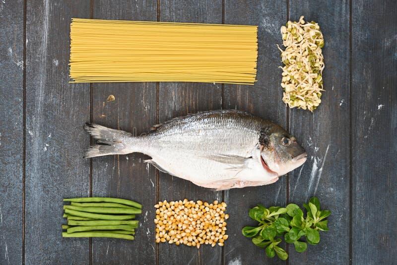 Różni składniki dla zwierzęcia domowego jedzenia wykładali w postaci geometrycznych kształtów na szorstkim farbującym drewnianym  zdjęcia royalty free
