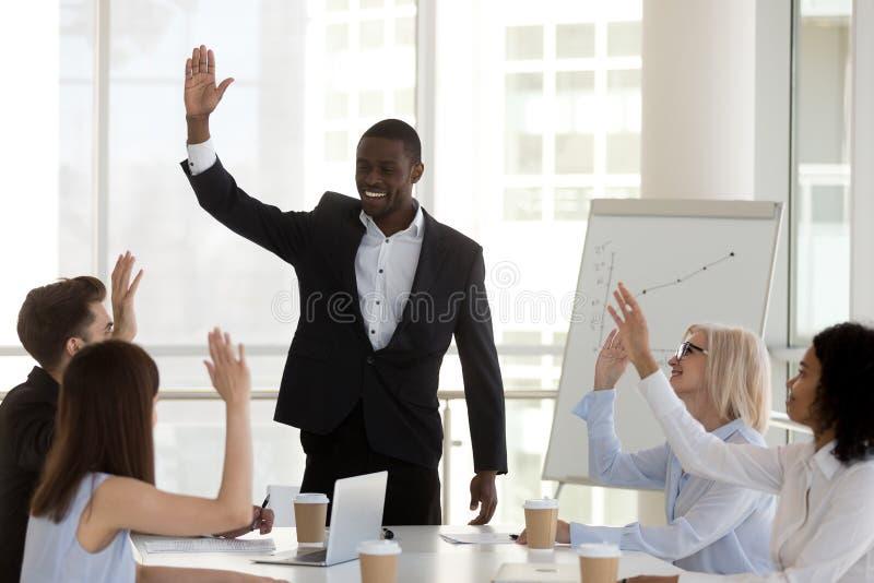 Różnorodna grupa biznesmeni i bizneswomany głosuje podczas spotkania zdjęcia royalty free