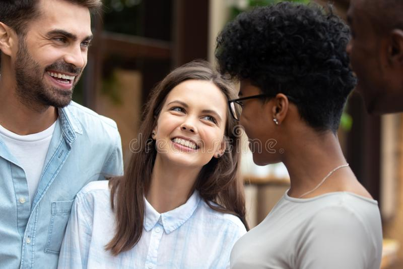 Różnorodne przyjaciel dziewczyny, faceci stoi śmiać się outdoors i zdjęcia royalty free