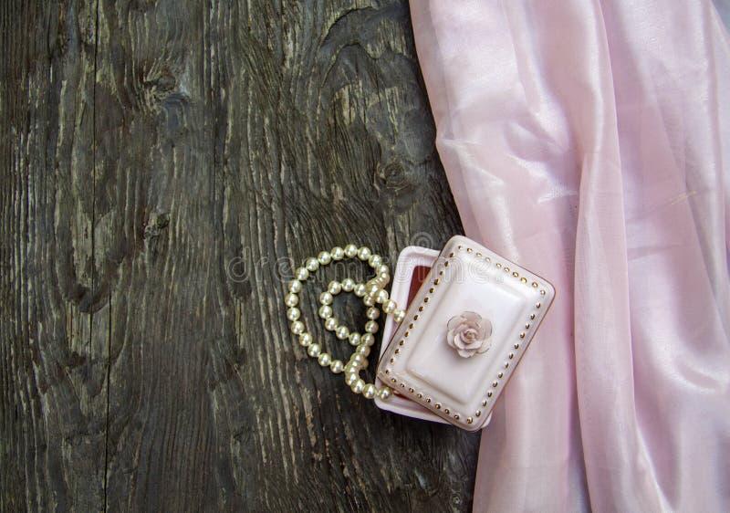 Różowy tło z koralikami, róża i, macierzysty dzień, symbole miłość obraz royalty free