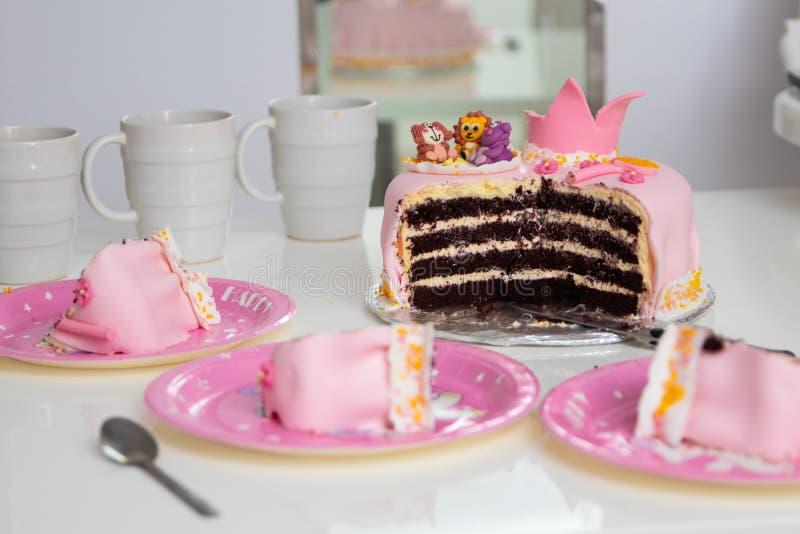 Różowy tort princess z korony i zwierzęcia postaciami troszkę Urodziny jeden roczniak Wakacyjny pojęcie obraz stock