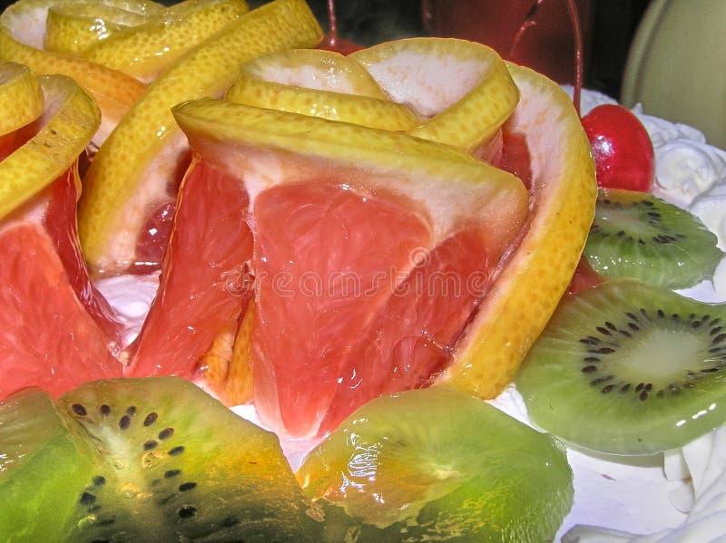 Różyczka piękny, soczysty grapefruitowy otaczający kiwi, fotografia stock
