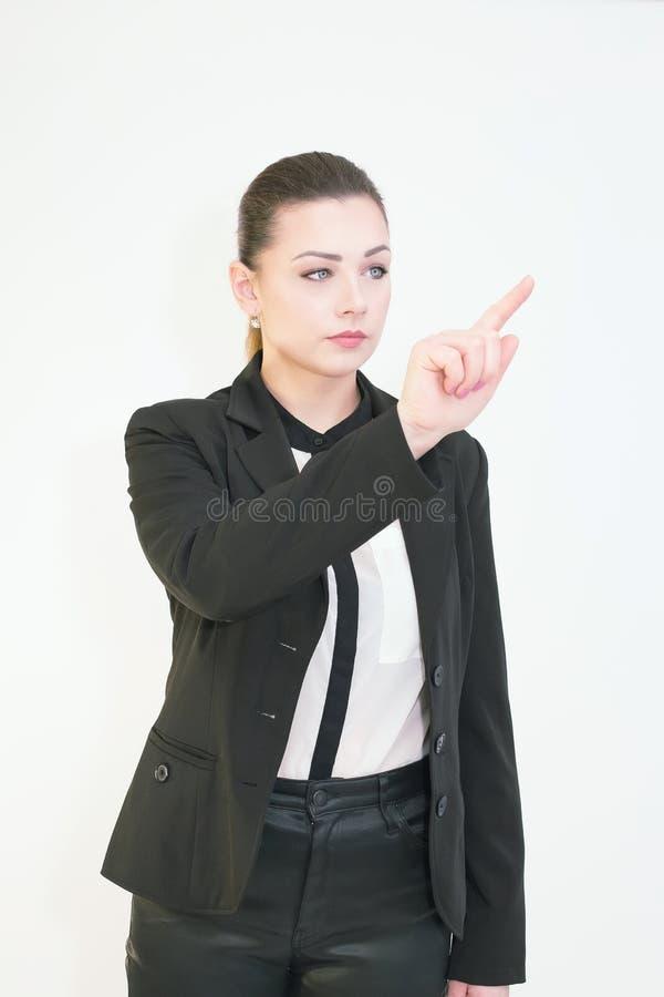Rührender virtueller Bildschirm der jungen Frau über Weiß stockfotografie