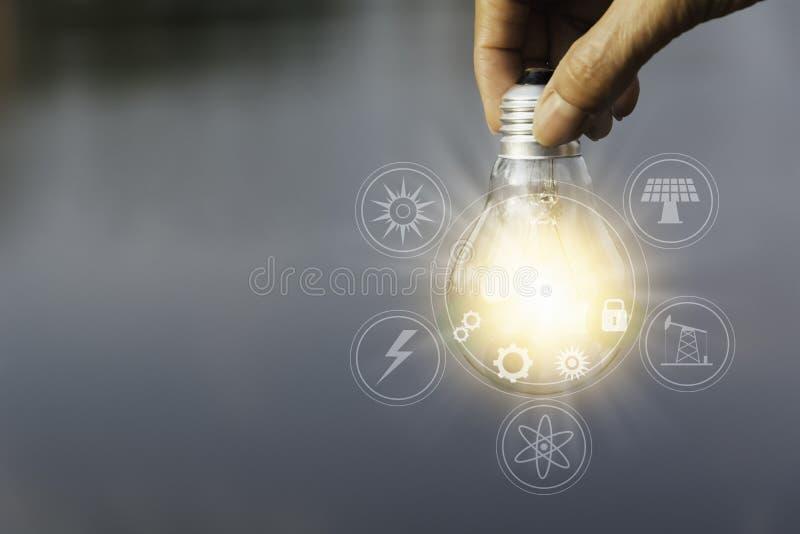 ręce gospodarstwa światła żarówki Innowacja i kreatywnie pojęcie obrazy stock