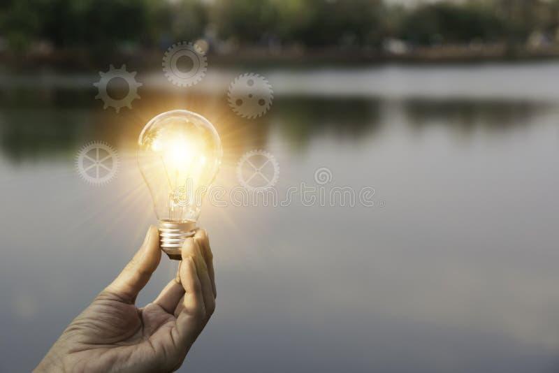 ręce gospodarstwa światła żarówki Innowacja i kreatywnie pojęcie zdjęcia stock