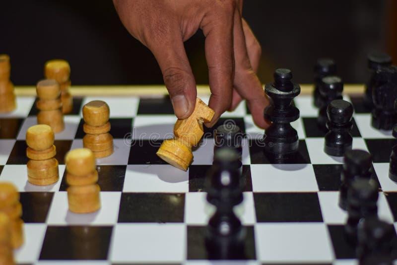 ręka biznesmen poruszająca szachowa postać w turniejowej sukces sztuce Strategii, zarządzania lub przywódctwo pojęcie na drewnian obrazy stock