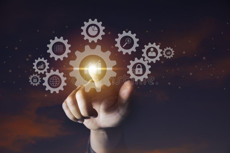 Ręka biznesmena mienia przekładni ikona dla technologii i biznesu pojęcia obraz stock