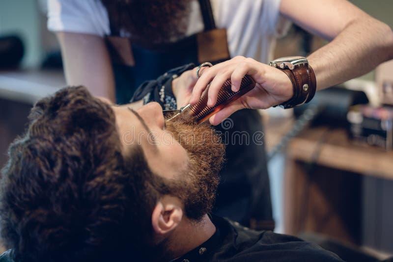 Ręka fryzjer męski używa nożyce podczas gdy żyłujący obraz stock