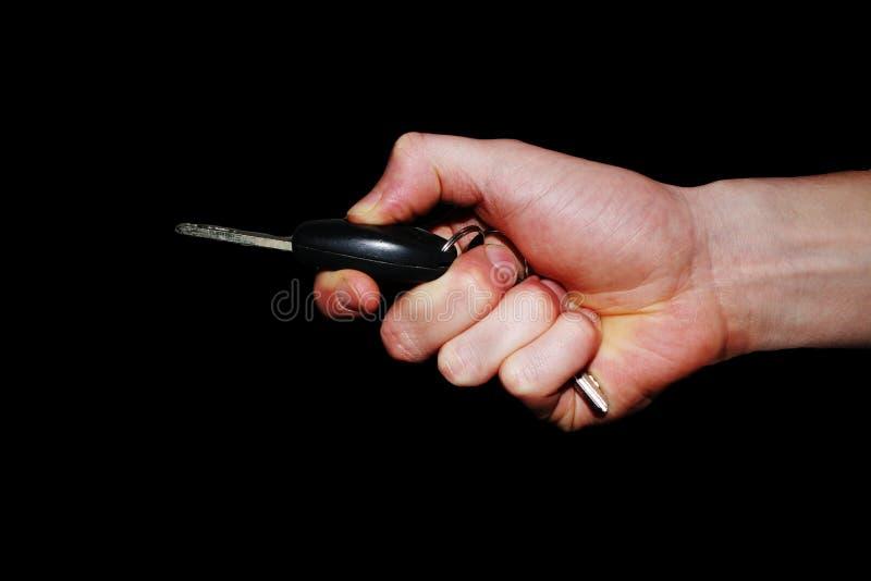 Ręka gest - wręcza trzymać samochodowego odciskanie i klucz otwierać je guzik obraz royalty free