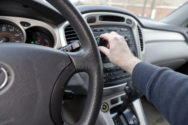 Ręka na samochodowych klimat kontrolach z widokiem sterowanie i deska rozdzielcza zdjęcia stock