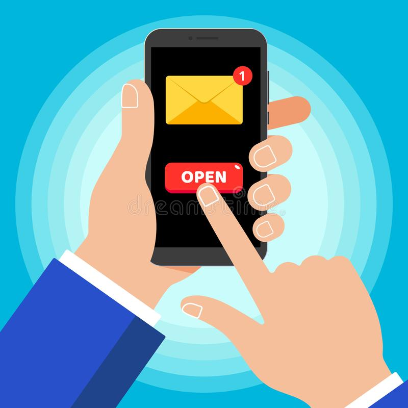 Ręka trzyma czarnego telefon komórkowego z nowej wiadomości koperty guzika symbolu ikony OTWARTYM znakiem na ekranie odizolowywaj royalty ilustracja
