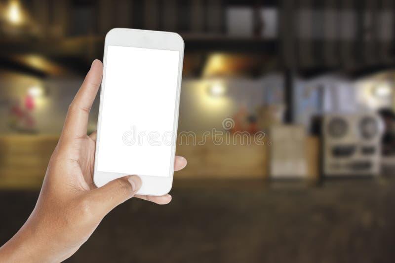 Ręka z smartphone w odpierającym barze przy hotelem zdjęcie royalty free