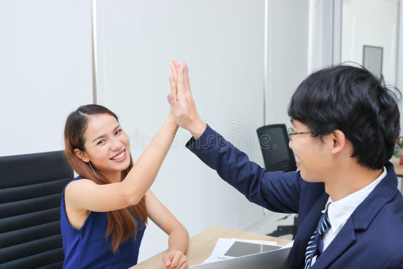 Ręki Azjatyccy ludzie biznesu daje wysokości pięć po pomyślnego w biurze fotografia stock