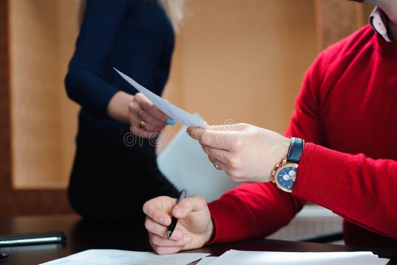 Ręki ludzie biznesu przechodzi dokument, ludzie trzyma konferencję i dyskutuje strategie w biurze fotografia royalty free