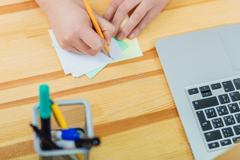 Ręki młoda dziewczyna która pracuje w biurze Podczas ten czasu trzyma ołówek w jego rękach napisał praca planie dla zdjęcie royalty free