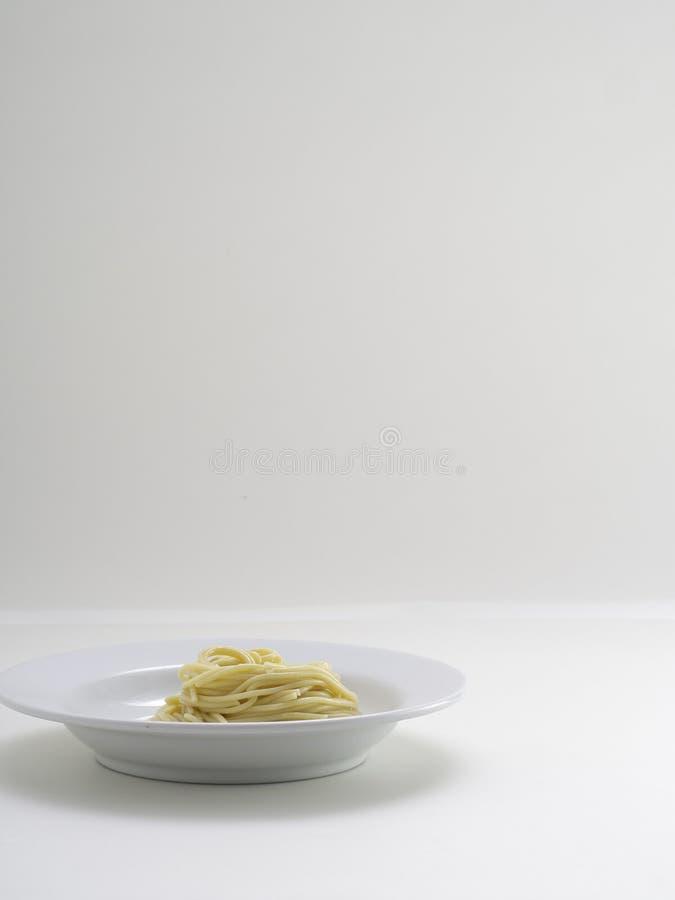 ręki mienia rolki makaronu spaghetti z rozwidleniem i bish obraz royalty free