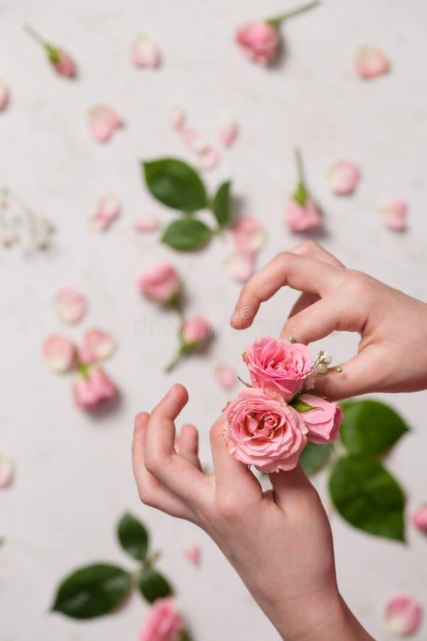 Ręki robią bukietowi róże obrazy royalty free