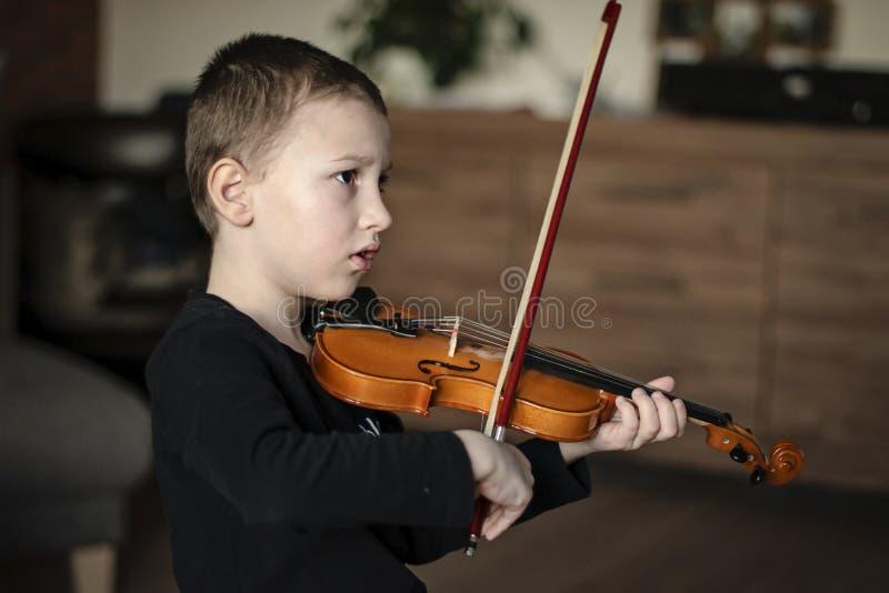 Rękojeść chwyta skrzypce Chłopiec przewożenia skrzypce Chłopiec bawić się skrzypce, utalentowany skrzypcowy gracz zdjęcie royalty free