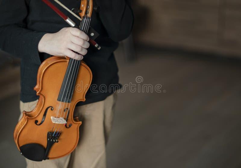 Rękojeść chwyta skrzypce Chłopiec przewożenia skrzypce Młoda chłopiec bawić się skrzypce, utalentowany skrzypcowy gracz zdjęcie stock