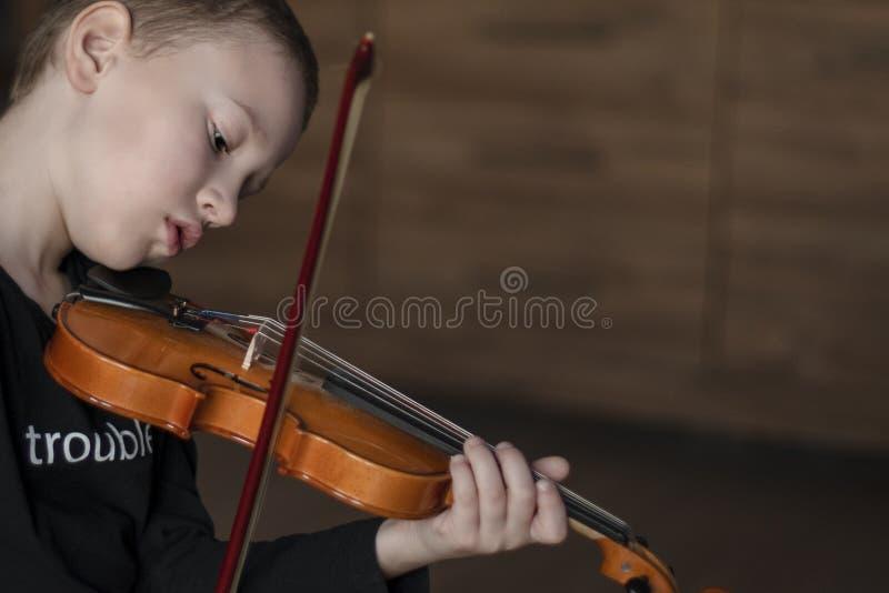 Rękojeść chwyta skrzypce Chłopiec przewożenia skrzypce Młoda chłopiec bawić się skrzypce, utalentowany skrzypcowy gracz zdjęcia royalty free