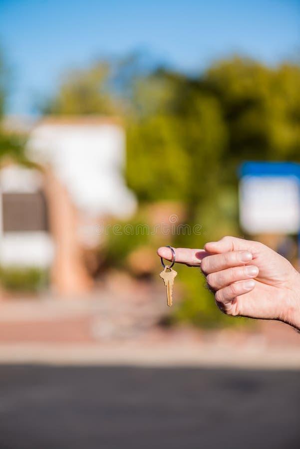 Räcka över tangenten för nytt hus royaltyfri foto