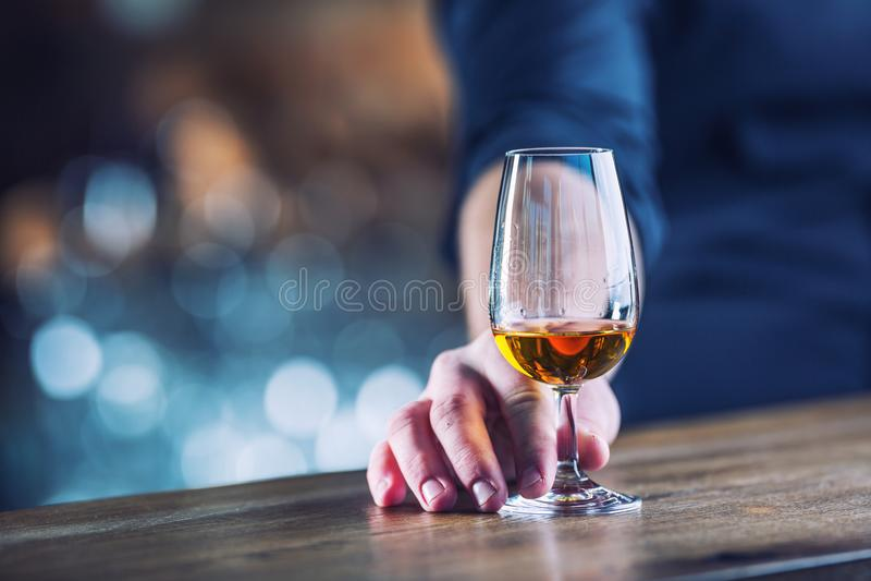 _ Räcka alkoholisten eller bartendern och dricka destillatbren royaltyfria foton