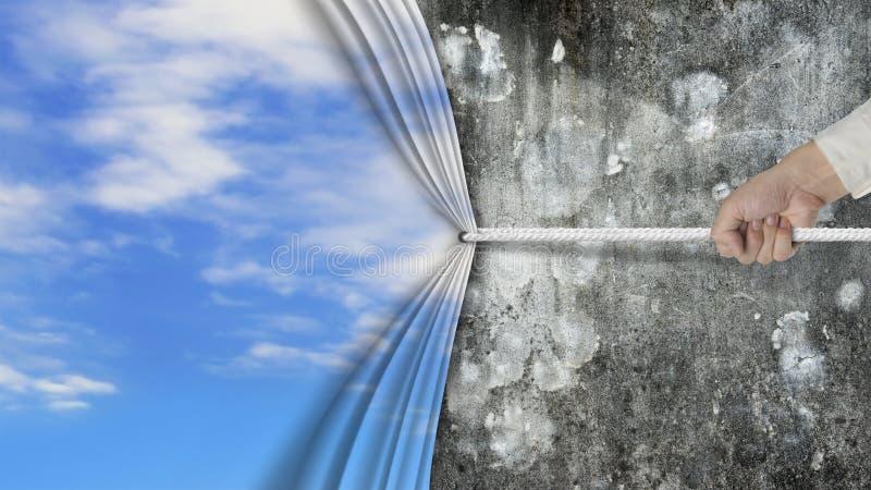 Räcka att dra den naturliga täckte gamla smutsiga betongväggen för himmel gardinen arkivfoto
