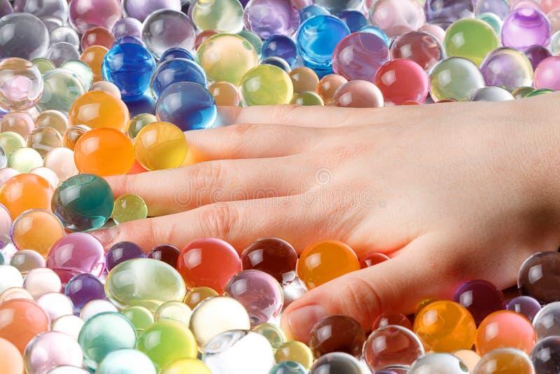 Räcka att hänga i bollarna av hydrogelen, bland hydrogelen royaltyfria bilder
