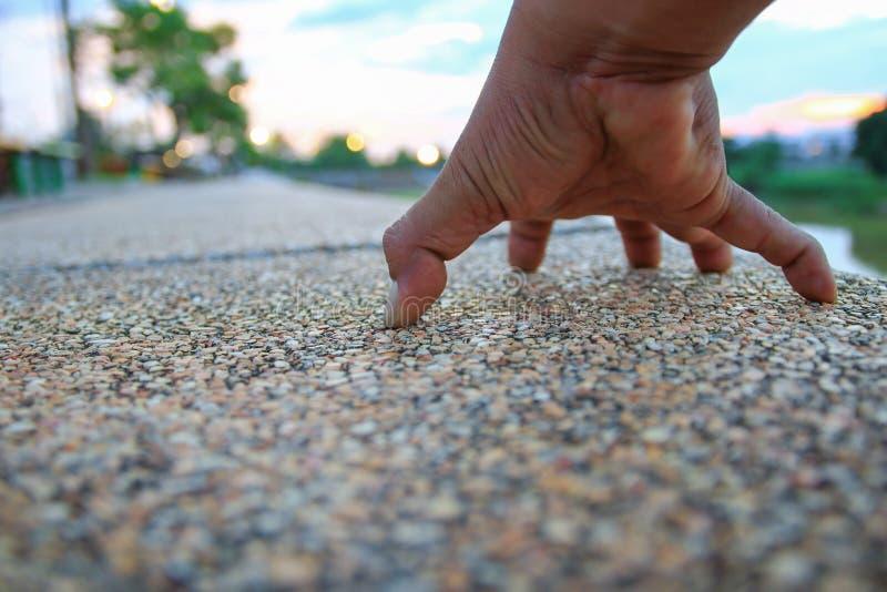 Räcka att hålla fast vid på gångbanastenen i det offentligt parkerar den valda fokusen med grunt djup av fältet arkivfoton