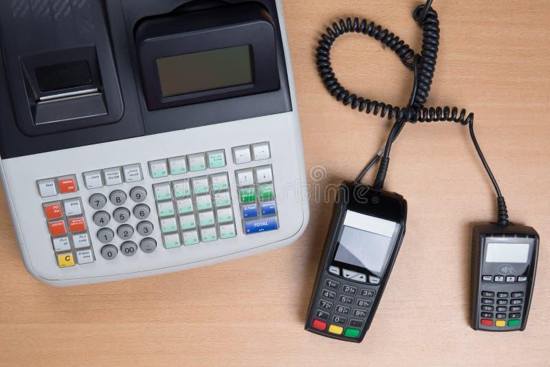 Räcka att nalla kreditkorten i ett lager med kassaapparaten arkivfoton