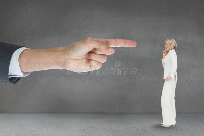 Räcka att peka på affärskvinnan mot grå bakgrund fotografering för bildbyråer