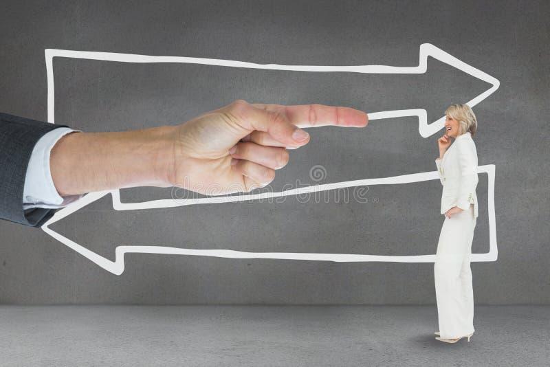 Räcka att peka på affärskvinnan mot grå bakgrund med pilar arkivfoto