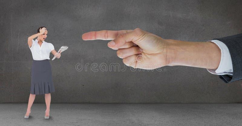 Räcka att peka på den förvånade affärskvinnan mot grå bakgrund arkivbild