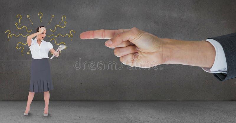 Räcka att peka på den förvånade affärskvinnan mot grå bakgrund med frågefläckar fotografering för bildbyråer