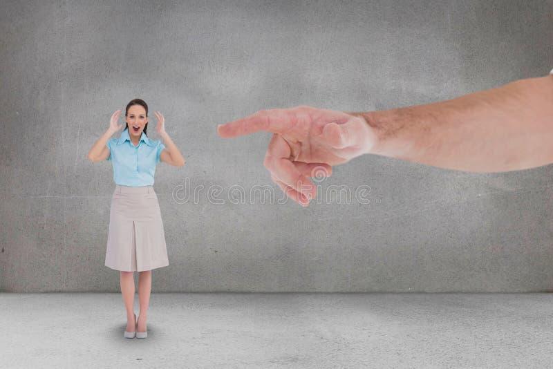 Räcka att peka på den lyckliga affärskvinnan mot grå bakgrund fotografering för bildbyråer