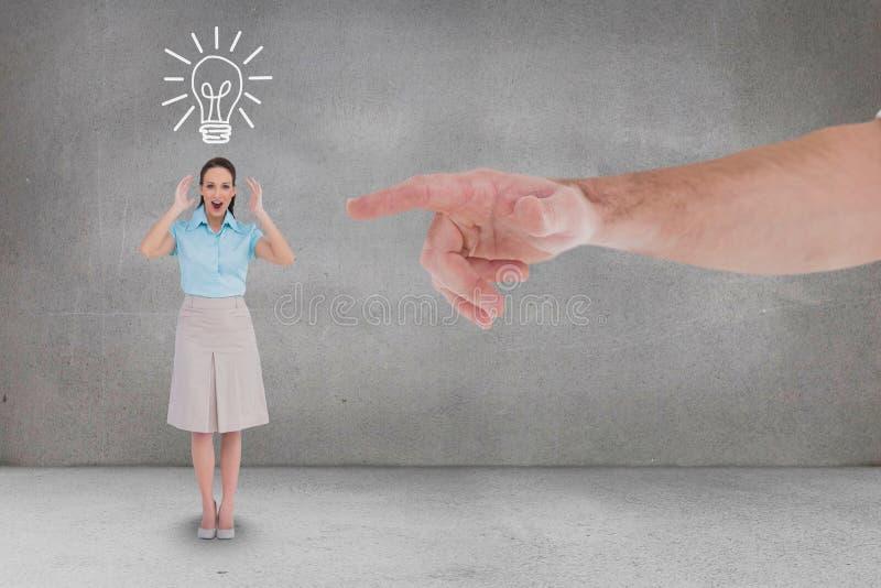 Räcka att peka på den lyckliga affärskvinnan mot grå bakgrund med en kulasymbol royaltyfri bild