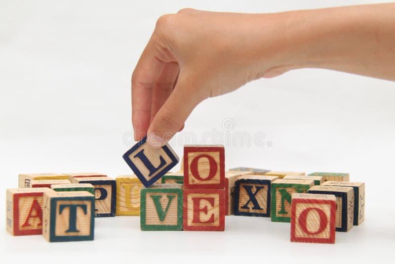 Räcka att rymma bokstaven, som bildar `en för ord`-förälskelse, VERSION 3 royaltyfria foton
