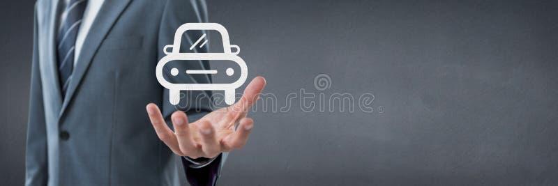 Räcka att rymma en bilsymbol som begrepp för bilförsäkring arkivbild