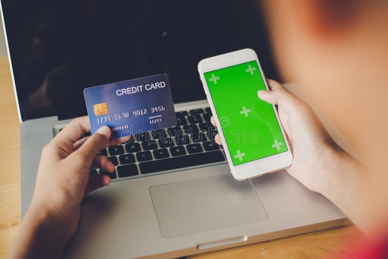 Räcka att rymma en kreditkort i deras händer och finna information a royaltyfria foton