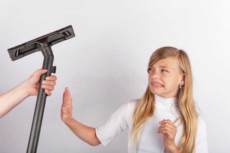 Räcka att rymma en vakuumrör men flickan som vägrar hushållsarbete royaltyfria bilder